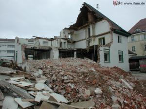 Abbruch eines Gebäudes: Bauschutt steht zur Entsorgung an.