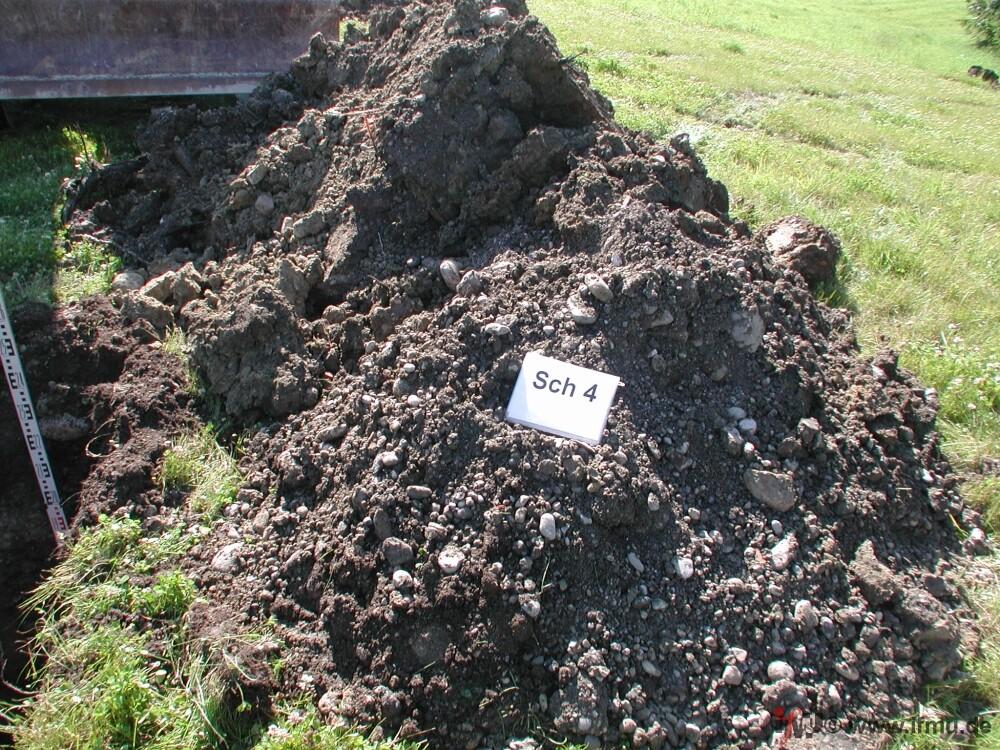 ausgehobenes Bodenmaterial aus einem Baggerschurf