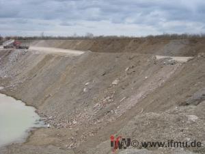 Schüttkante einer Grube zur Verfüllung mit Boden und Bauschutt
