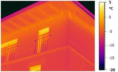 Thermografie an Gebäudefassade zum Erkunden von Wärmebrücken