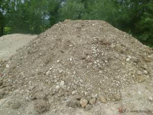 Haufwerk von Bodenaushub zur Entsorgung